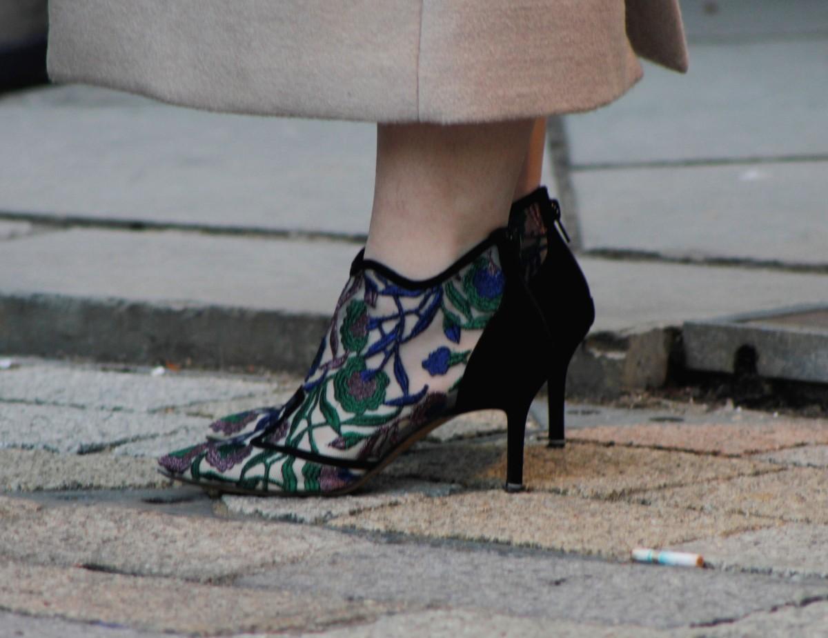kitten heels lace street style