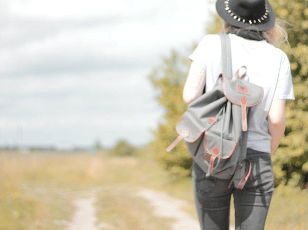 fedora hat look backpack lee jeans