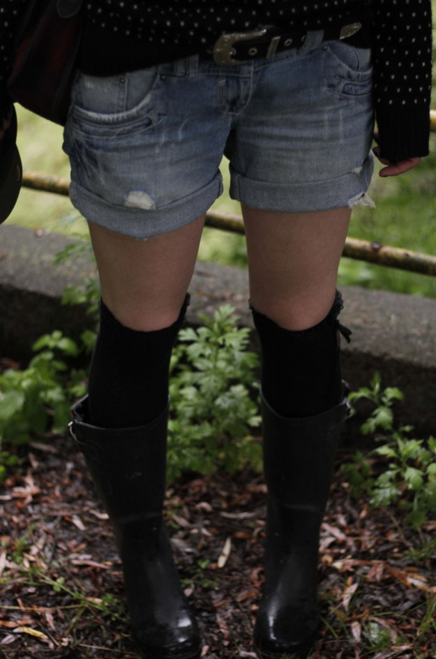 festival look boots shorts
