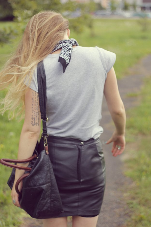 street style chic look leather skirt